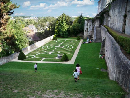 Children in Chartres labyrinth garde