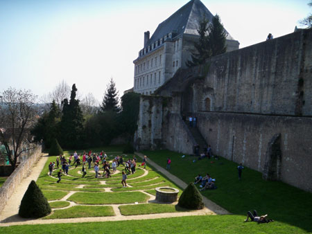 Students in Chartres labyrinth garde