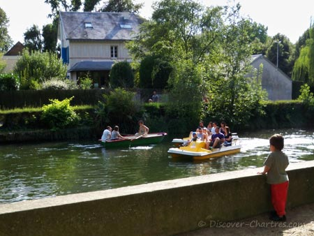 River cruising on pedalo i La Petite Venise