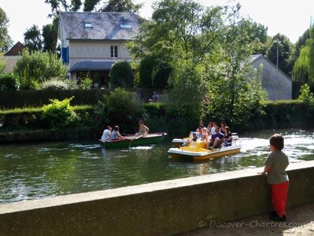 River cruising on pedalo i La Petite Venise