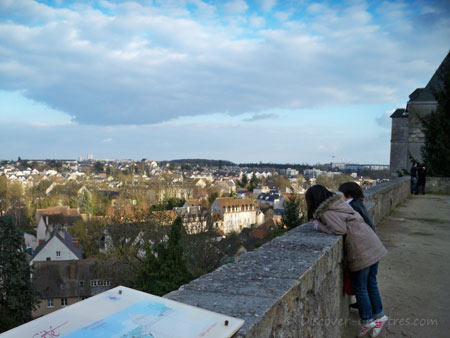 Children in Chartes cathedral garde