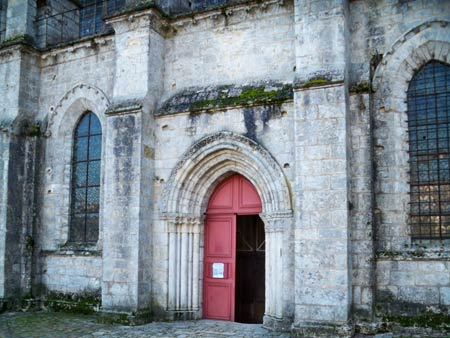 Saint Pierre church red porta